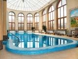 Арочные окна в бассейне