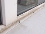 Не верно установлен отлив, он должен быть под окном