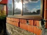 При изготовлении окна установлено тонкое армирование, что привело к его деформации