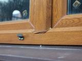 Сильная деформация окна. Вероятная причина — тонкостенный металл