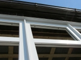 Окна ламинированы изнутри и белые снаружи
