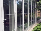 Входная дверь с раздвижной стеной веранды